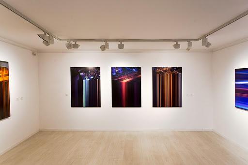 Misetics Mátyás, a MITTE kreatív igazgatója tartott tárlatvezetést Dark Matters című kiállításán